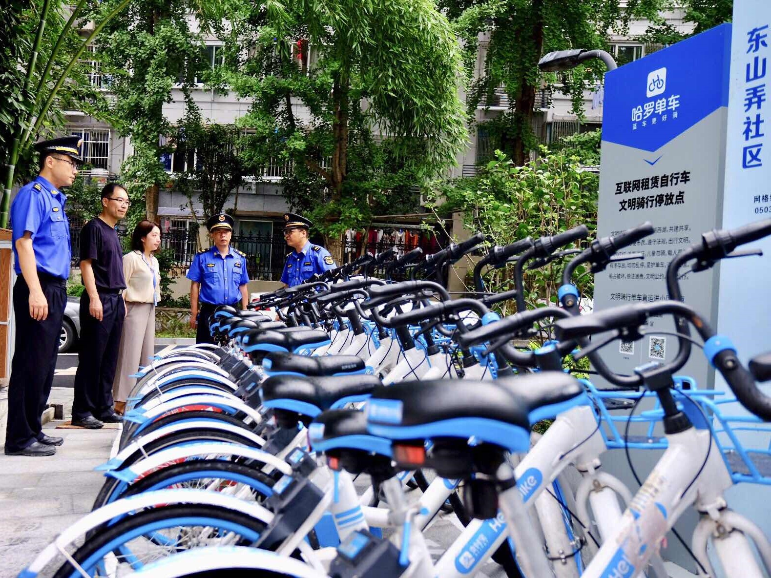 People looking at bicycles in Shandong province. Image credit: Hellobike official website.