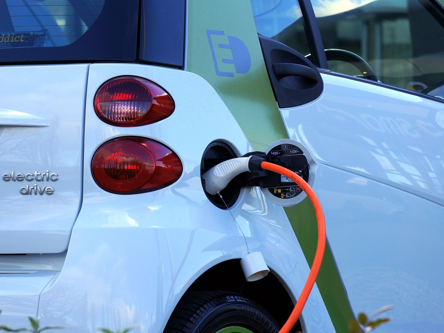 Charing the electric auto. Image Credit:  MikesPhotos / Pixabay
